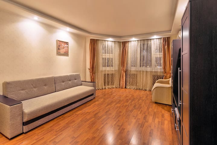 Просторная уютная гостинная. С очень удобным диваном.