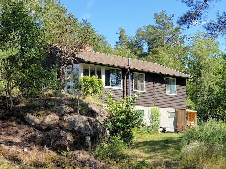 Ombonad stuga nära skog och sjö på Helgö, Ekerö