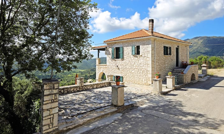 ★Peaceful Getaway★ Quiet, Comfortable Stone House