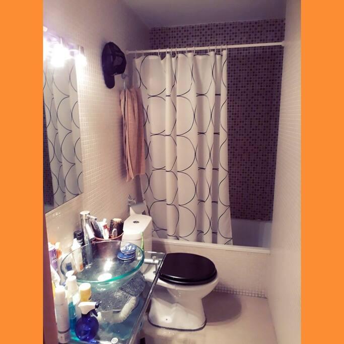 cuarto de ducha comodo con tina grande