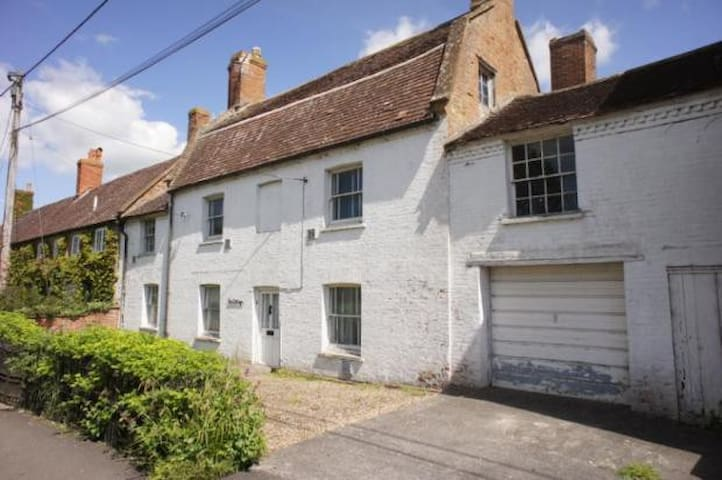 Ivy Cottage on Ilchester main road - Ilchester