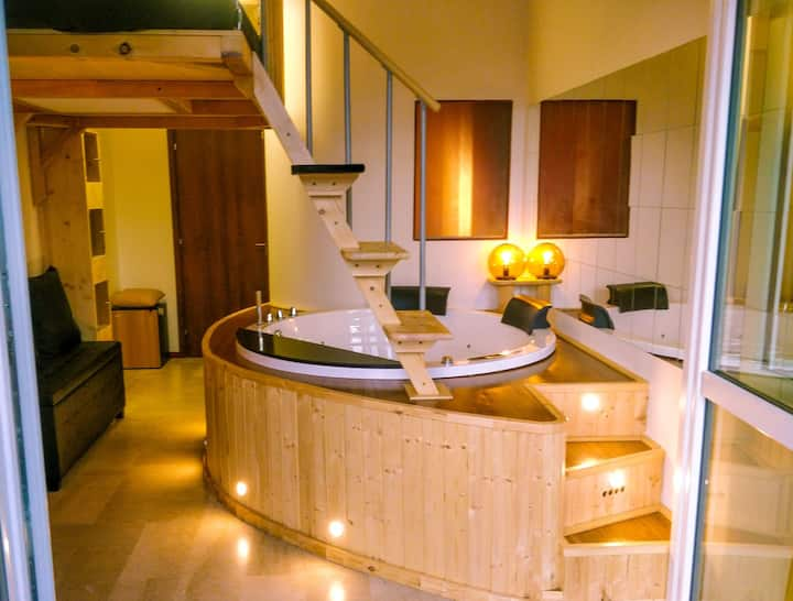 Jacuzzi Love Suite with Balcony @Trainstation