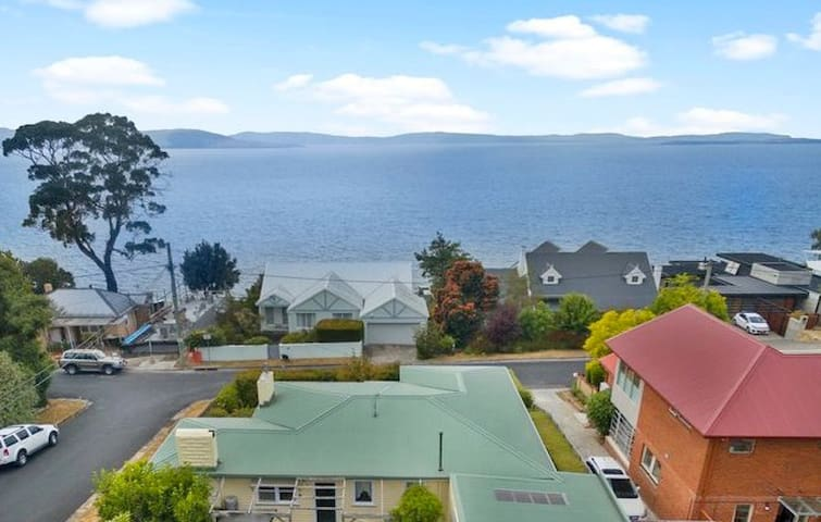 Magnolia Cottage is located just across the road from the sea, walking paths to the ocean & sea cliffs are at both ends of the esplanade