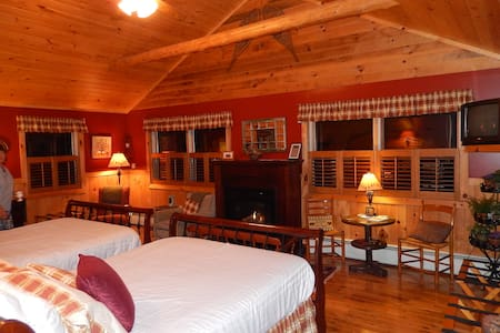 Bear Room-Adirondack Waterfront B&B - Saranac Lake