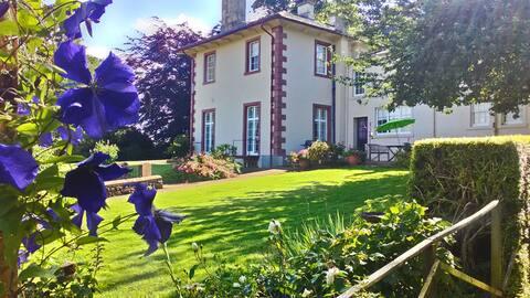 Elegant Georgian Country Mansion Twin Room