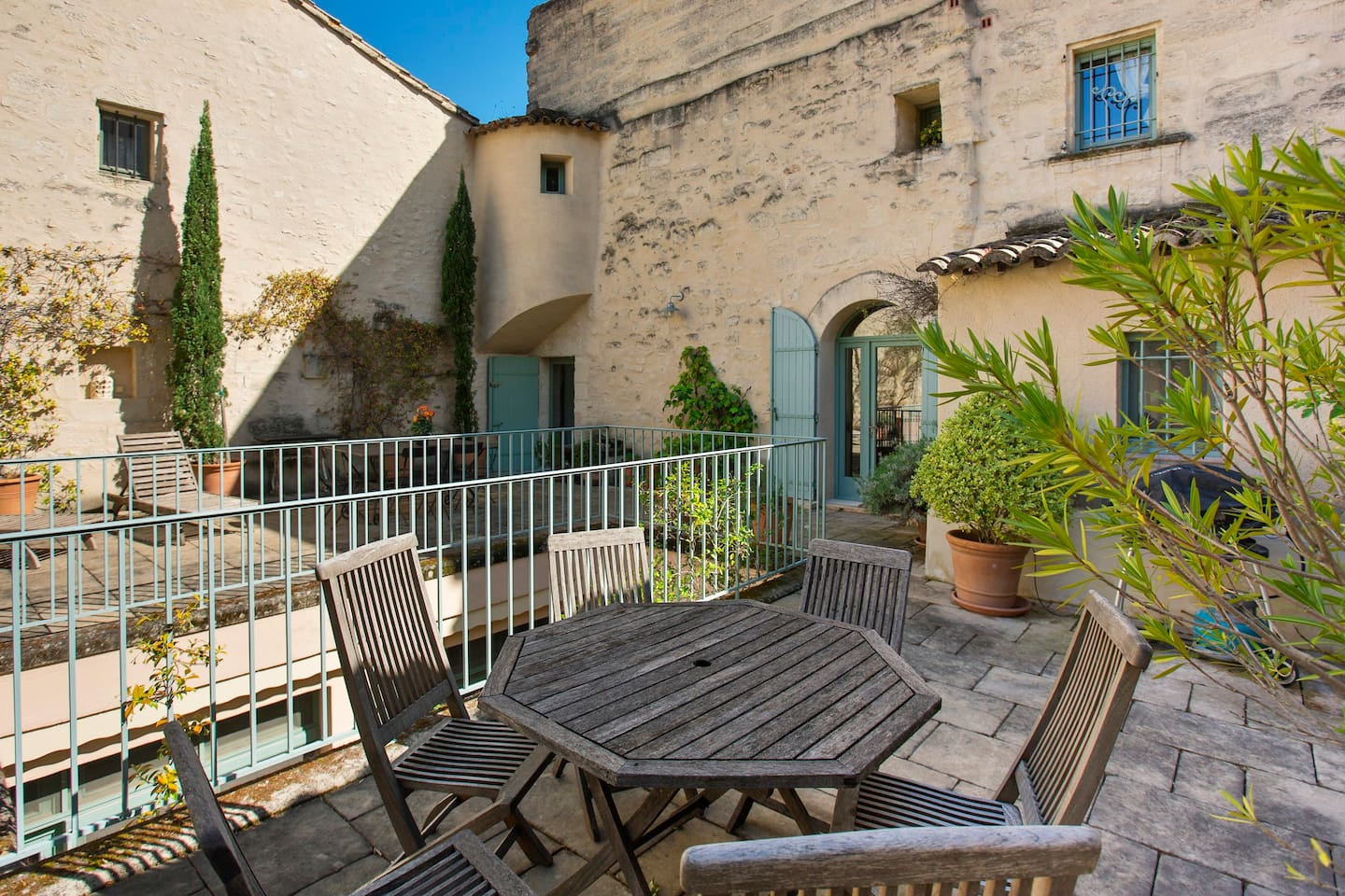 Sunny 80m2 terrace off living room