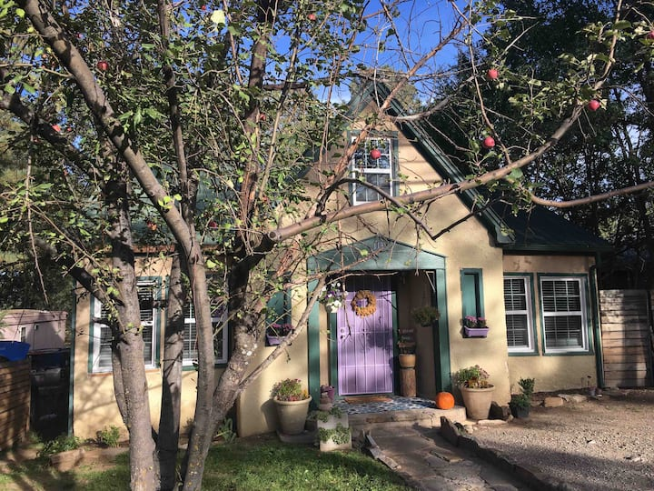 The Lavender Cottage of Ruidoso steps from Midtown