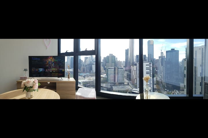 From the couch u can overlook the Crown, the Yarra River, the City the Prima Tower and the Eureka Tower!