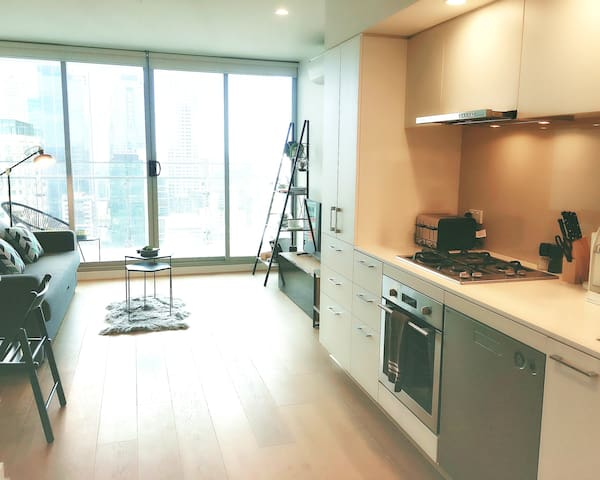 Deluxe 1BR Apt + Pocket WIFI + Central + City View