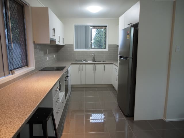 Andrew's Place - 3 bedroom house, Wifi & Netflix - Wilsonton - Ev