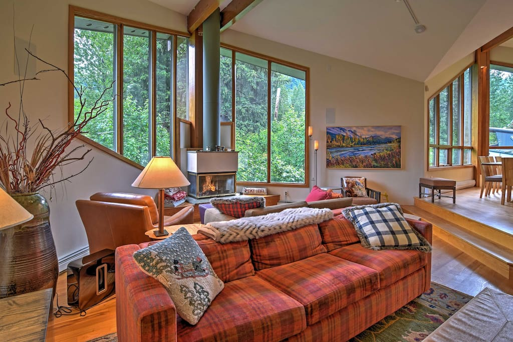 This 4-bedroom, 3-bathroom vacation rental home provides stunning views of the mountain, a fantastic custom design and exquisite luxury accommodations.