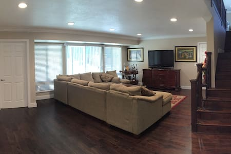 Private Room in Luxury Home | Upscale Neighborhood - Hayward - House