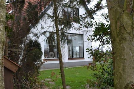 nice white little farmhouse - Beerzerveld