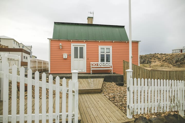 Beautiful 4 bedroom holiday house with hot tub - Stykkishólmur - House