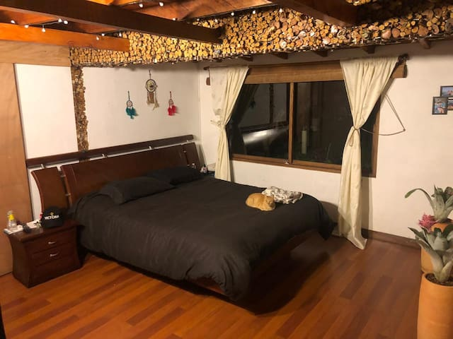 Habitación con baño privado y chimenea
