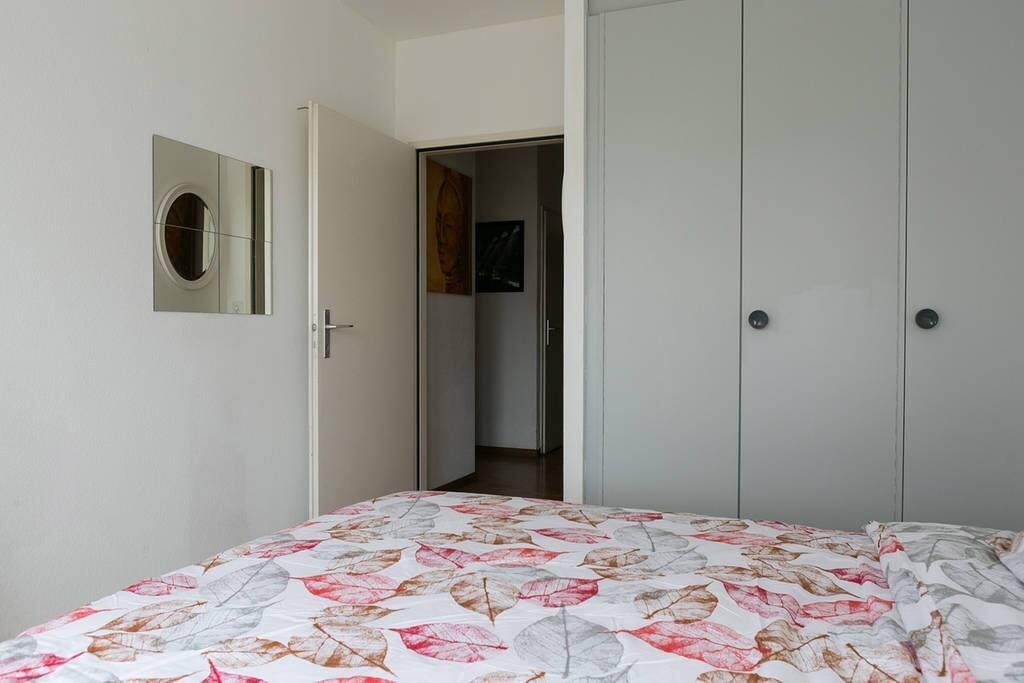 Chambre 2 avec armoires encastrées
