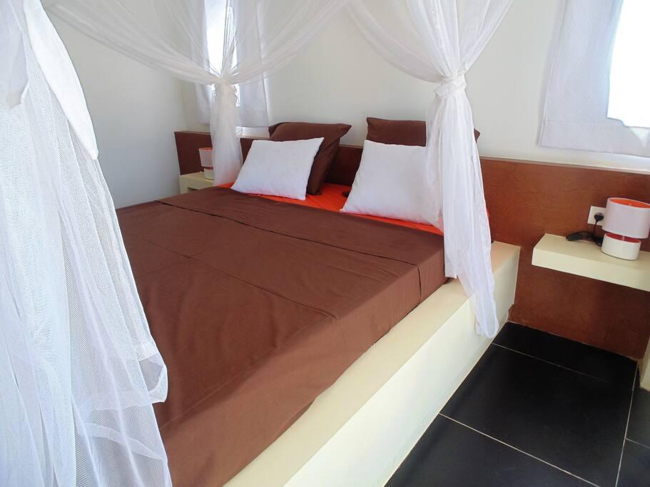La chambre orange avec climatiseur et ventilateur