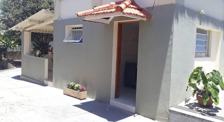 Hospede-se no centro de São Pedro com vista serra.