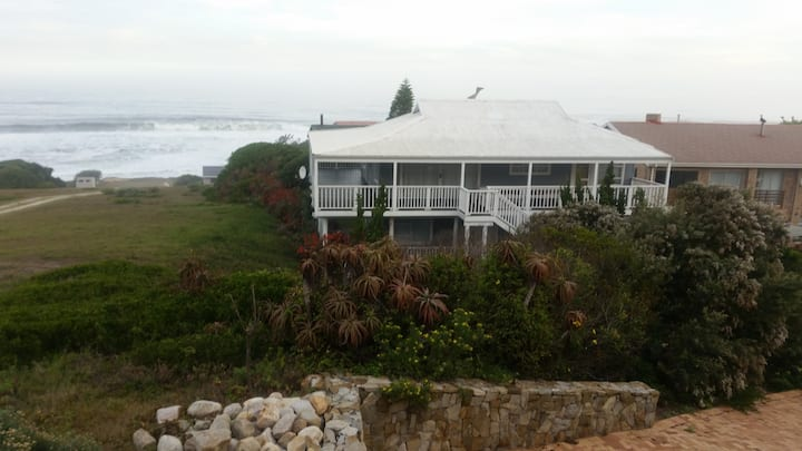 Family beach  house on Garden Route 1 min from sea
