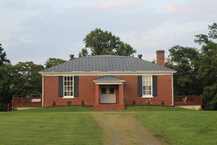 The Historic Dyke Schoolhouse- Oak Haven