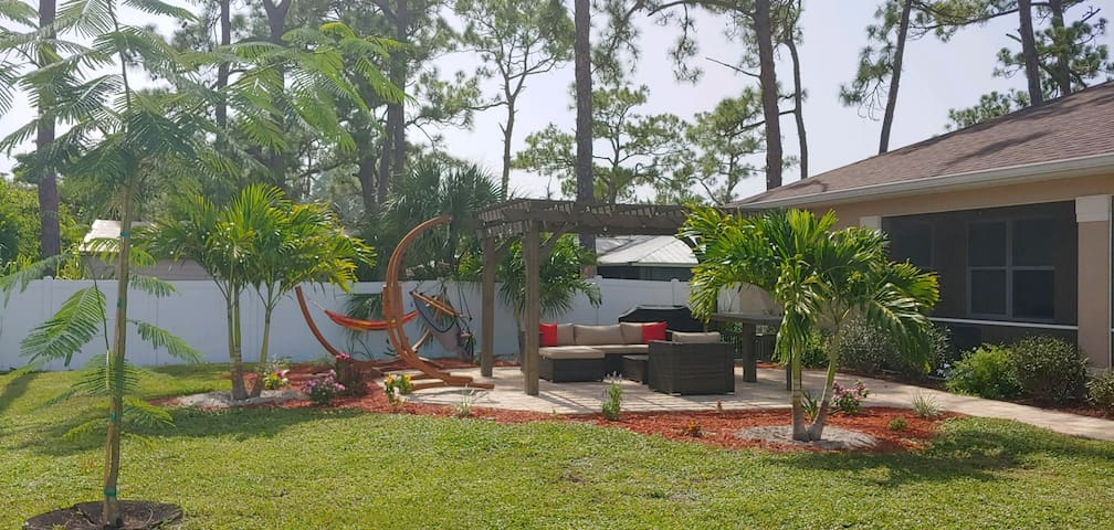 2bedroom, very close to beach, shopping & Airport!