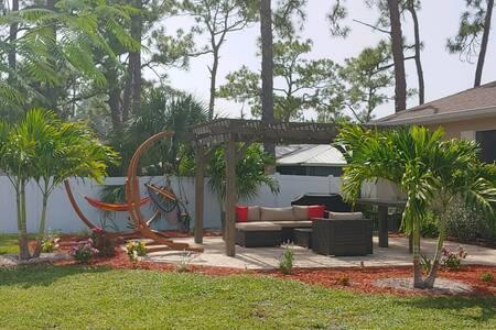 Beautiful home close to beach, shopping & airport!