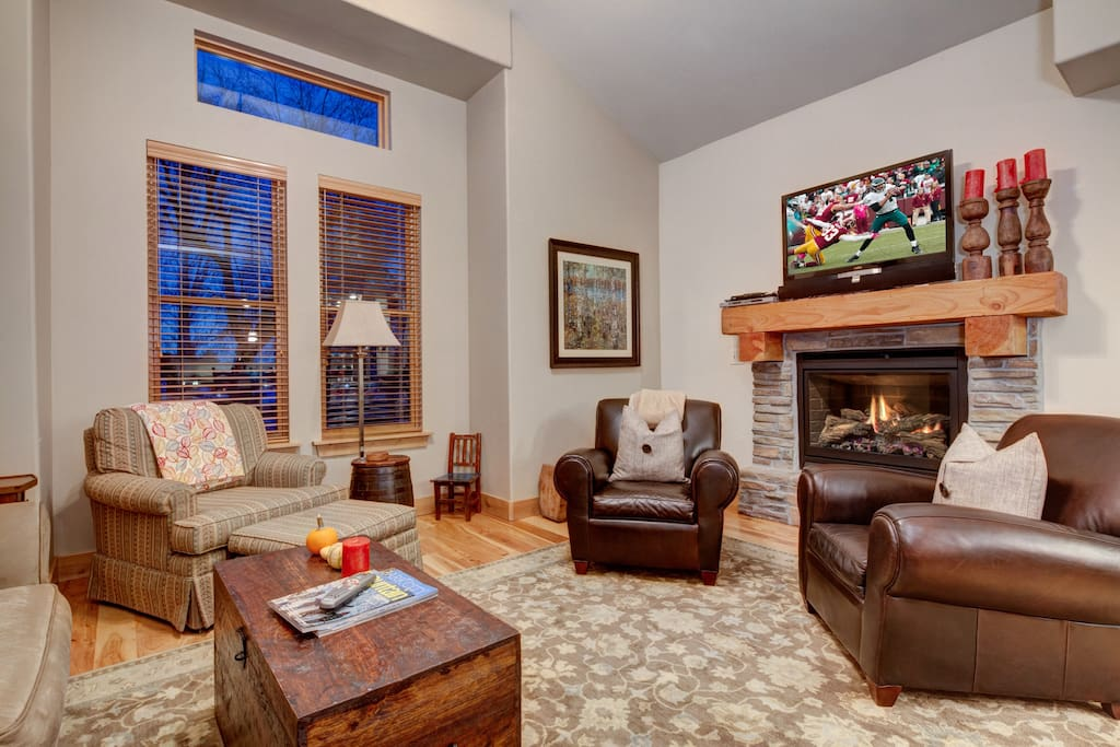 Enjoy the spacious living room, which offers plenty of comfortable, seating, a large flatscreen TV and fireplace.  The perfect spot to unwind with friends/ family after a day on the mountain!