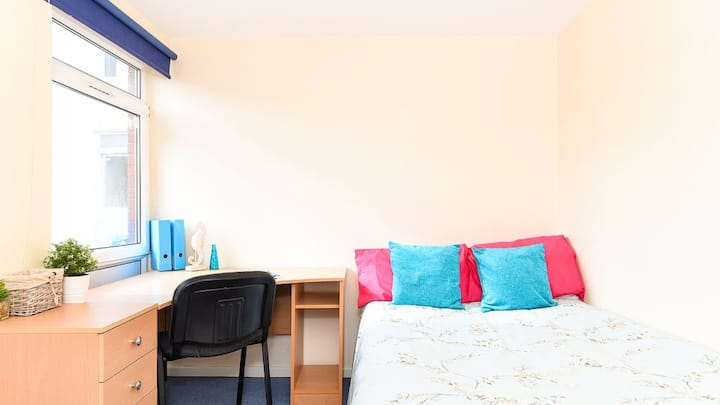 Student Only Property: Boutique 4 Bed Apartment