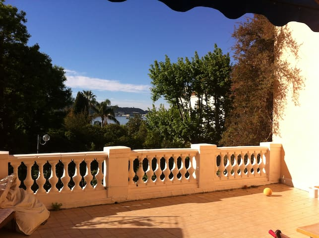 Nice flat with very big terrasse view on the sea