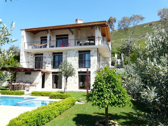 Villa aan zee met privé zwembad, 10 pers. met WIFI - Foça - Willa