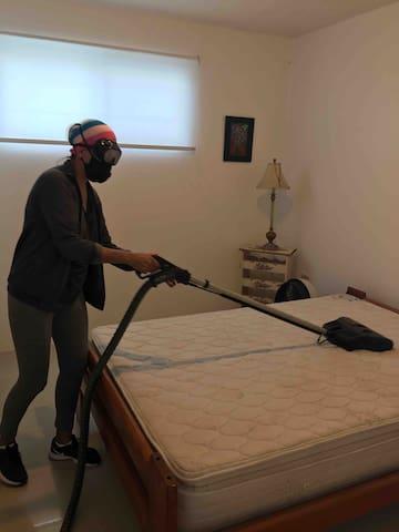 Cumpliendo con el protocolo de limpieza. Todos los colchones almohadas, muebles, cortinas y pisos, se limpian con el equipo de limpieza Rainbow. Se utiliza amonio cuaternario para la desinfección de pisos y superficies.