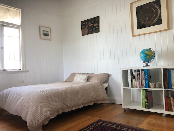 Lovely room near busway, pool and bikeways