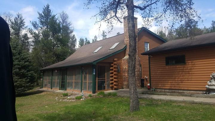 Cozy cabin near Castle Rock Lake on dead end road.