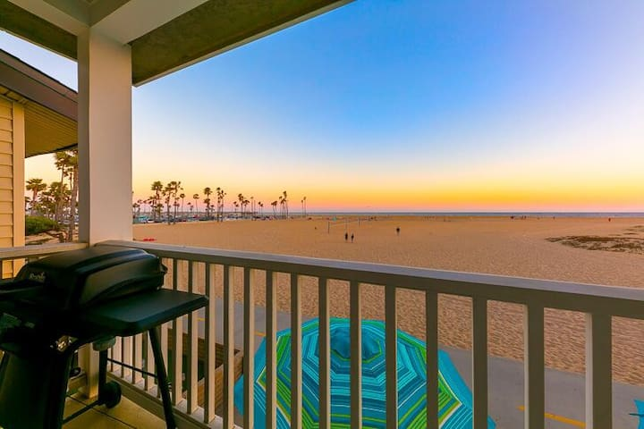 25% OFF JAN+FEB - Charming Oceanfront Home, Pet Friendly + Walk to All