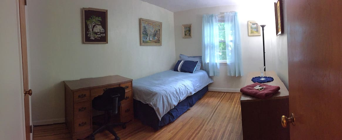 Brighton Park-like Home (twin bed room)
