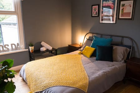 Stylish King Sized Bedroom in Central Cardiff