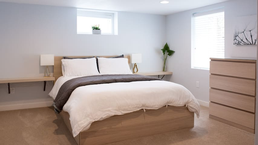 Luxury high end queen mattress • Premium cotton bedding • You'll sleep like a newborn!