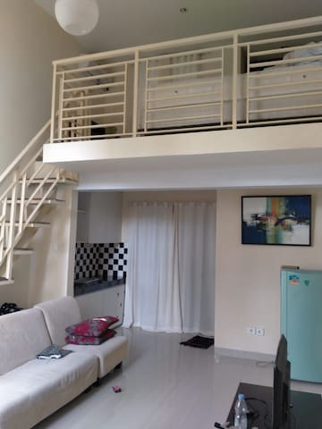 Private Mezzanine Apartment (5 mins from Airport)