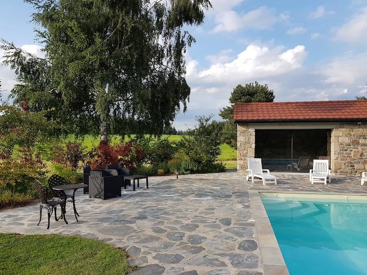 Détente, entre piscine et beaux paysages...