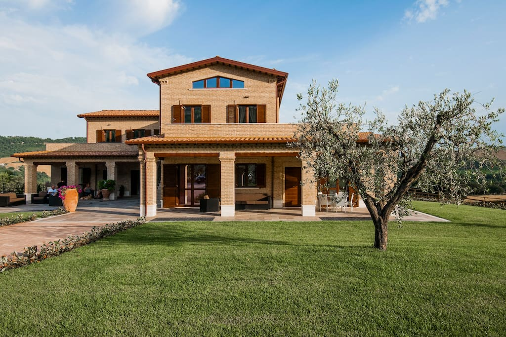Moresco country house. 10 minutes from the adriatic beaches of Pedaso and Marina Altidona and 40 minutes from the beautiful Sibillini Mountains Natural Park, the Moresco country house is the ideal location for a relaxing country holiday.