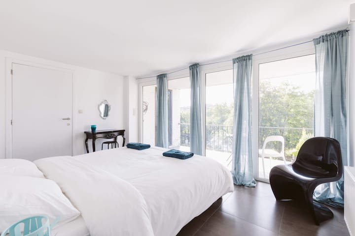 La grande chambre - The spacious bedroom
