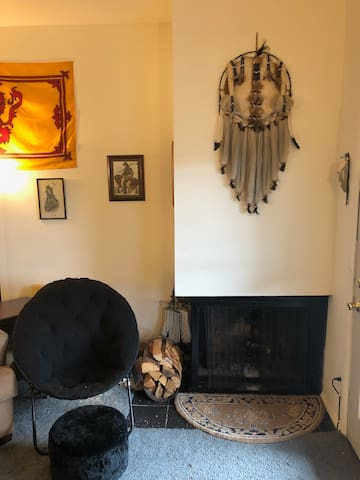 Living room fireplace (firewood included)