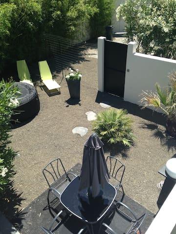 Avignon centre 5 mn maison type loft  jardin  spa
