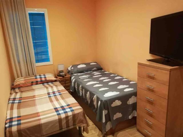 Habitación con dos camas individuales en Poblesec