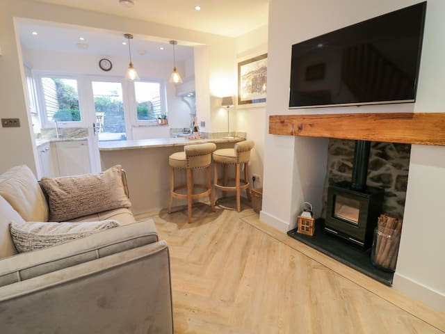 PLAS MAWR COTTAGE, pet friendly, with a garden in Conwy, Ref 987644