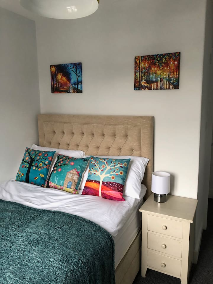 Large double bedroom 5mins from London trains
