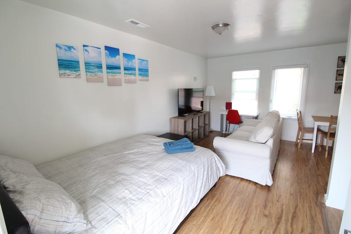 Adorable Renovated Studio Apt w Full Kitchen, AC!