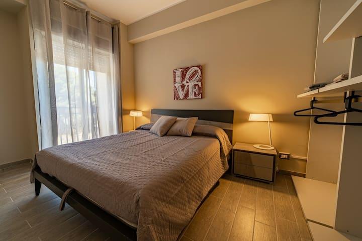 Camera da letto matrimoniale, materassi e cuscini memory,grande guardaroba.camera con chiave