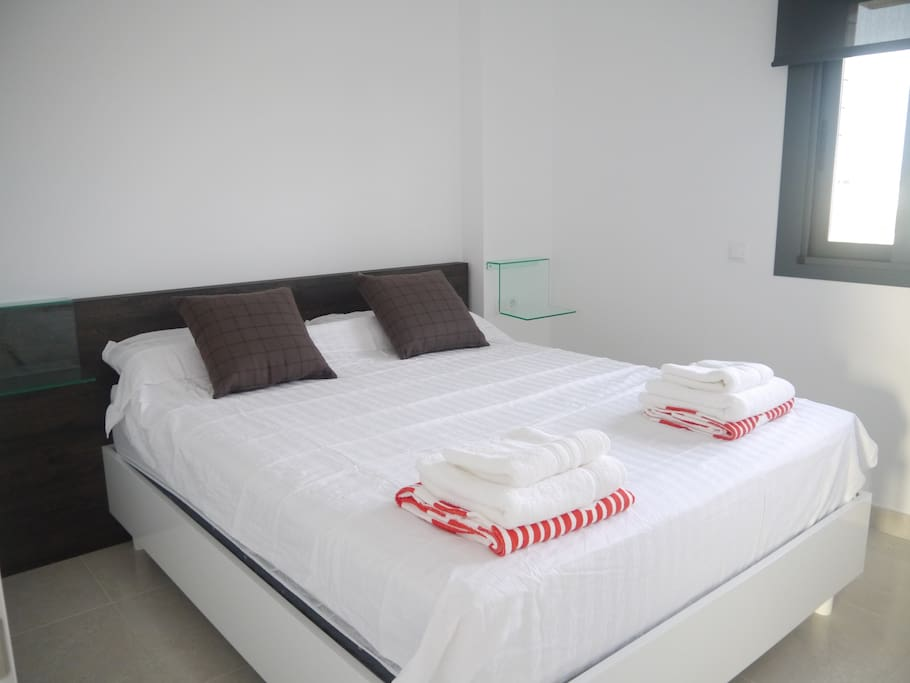 Double bed (160 x 200 cm) with extra comfortabel mattress and all cotton sheets.