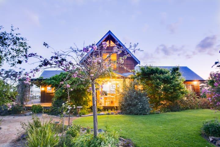 "Corringle Beach Retreat  ""The Loft House"""